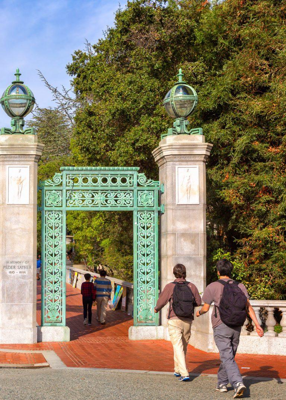 Uniwersytet Kalifornijski w Berkeley przy bramie wejściowej- university of california w berkeley