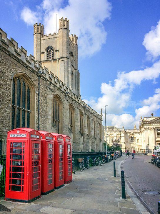 University of Cambridge to idealny uniwersytet dla Ciebie, jeśli chcesz studiować w Anglii. Znajdź wiele doskonałych, najwyżej ocenianych uniwersytetów badawczych - jak pokaże krótki rzut oka na członkostwo w Russell Group uniwersytetów - ale University of Cambridge jest wyjątkowy pod względem tradycji, historii i prymie w każdej dziedzinie studiów. Założona w 1209 roku, kiedy grupa profesorów postanowiła opuścić Oksford, ponieważ niepokoje między miastem a suknią uczyniły życie niebezpiecznym, przenieśli się do Fens i założyli czwarty najstarszy uniwersytet na świecie. Sam University of Cambridge jest typowym angielskim miastem, a jeden na pięciu jego mieszkańców jest studentami i mieszka w jednej z 29 samorządnych uczelni Cambridge University. uniwersytet cambridge.